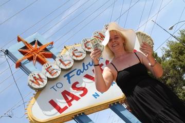 Lady zeigt Dollarnoten / Las Vegas / Wahrzeichen