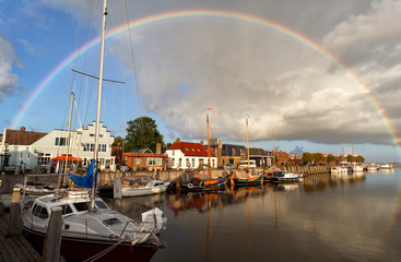 Fototapete - rainbow over harbor in Zoutkamp, Groningen