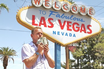 Mann küsst Dollarnoten / Las Vegas / Glücksspiel