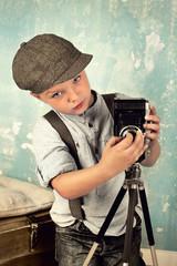 Junge mit Kamera - retro look