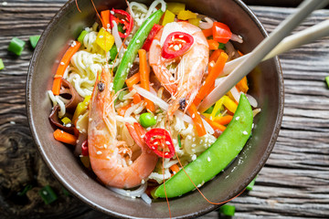 Chinese noodles, vegetables and prawns
