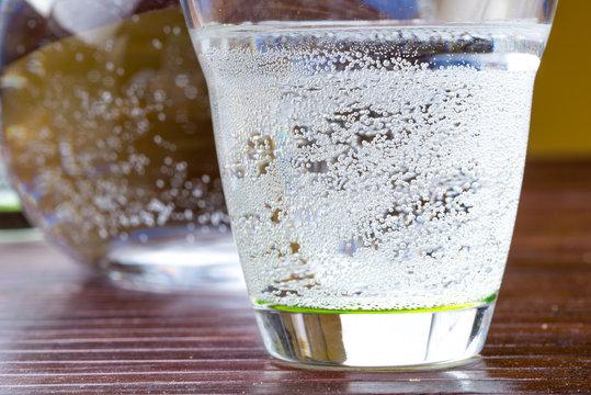 Acqua gasata nel bicchiere sulla tavola