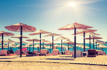 Foto auf AluDibond Gezeichnet Straßenkaffee beach umbrellas