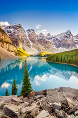 La pose en embrasure Parc Naturel Landscape view of Moraine lake in Canadian Rocky Mountains