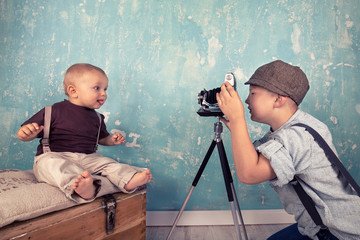 Kinder mit antiker Kamera