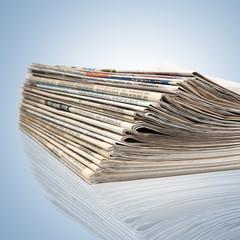 Ein Stapel mit neuen Zeitungen