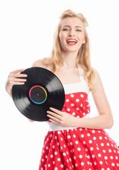 Glückliche Frau hält eine Schallplatte