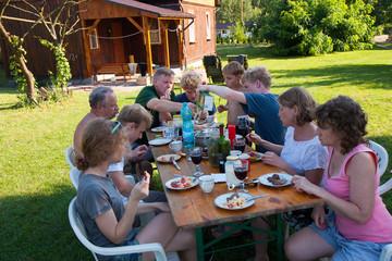Fototapeta Duża rodzina podczas posiłku w letnie popołudnie obraz