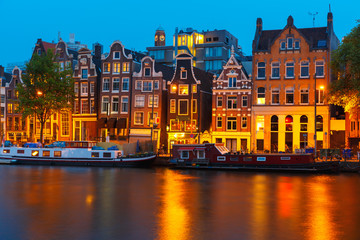 Photo sur Toile Amsterdam Night city view of Amsterdam canal with dutch houses