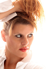Frau mit Hand im Haarschopf