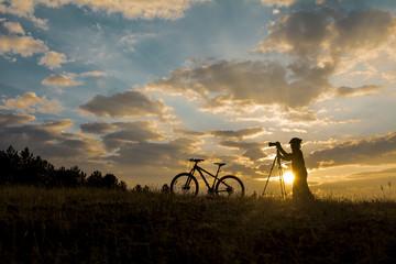 bisikletli fotoğrafçı doğada
