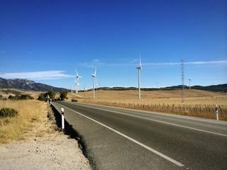 Windräder entlang der Landstraße