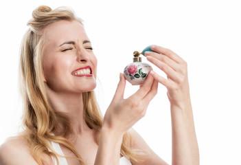 Frau verwendet Parfüm