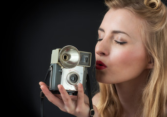Frau küsst Fotoapparat
