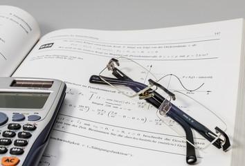 Mathebuch und Taschenrechner 00064
