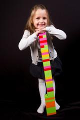 jeune fille avec un jeu de briques colorées
