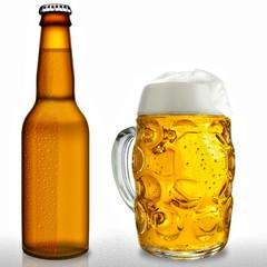 braune Bierflasche mit Bierhumpen, freigestellt