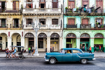 Spoed Fotobehang Havana Street scene with vintage car in Havana, Cuba.