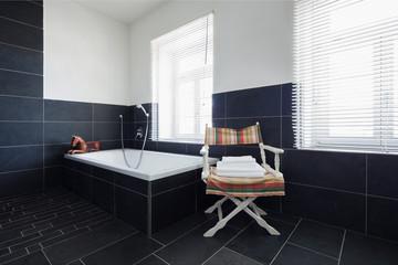 Badezimmer Mit Schwarzen Fliesen