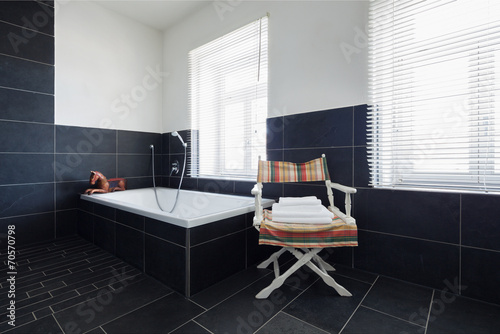 badezimmer mit schwarzen fliesen stockfotos und. Black Bedroom Furniture Sets. Home Design Ideas