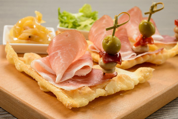 Antipasto di salumi , gnocco fritto e verdure, close-up