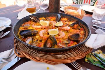 maravillosa paella de marisco tradicional