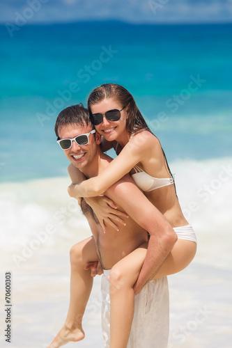 девушка верхом на парне фото