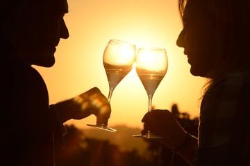 Coppia innamorata brinda al tramonto