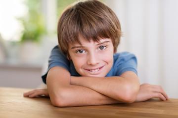 lächelnder junge zu hause