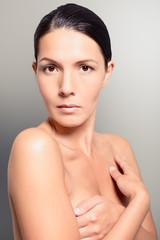 Hübsche nackte Frau verdeckte ihre Brust