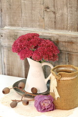 hersbtliche Tischdeko mit Rosen & Sedum