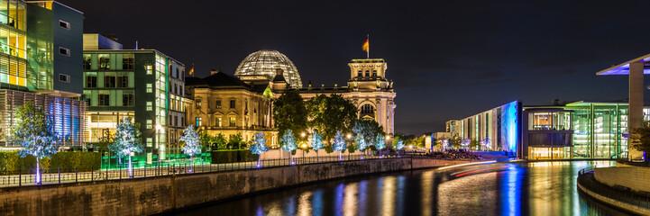 Photo sur Toile Berlin Reichstag und Reichstagufer in Berlin bei Nacht