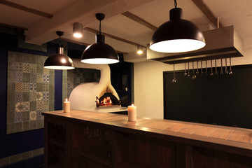 Piec opalany drewnem w restauracji.