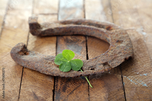 Wall mural Old horse shoe,with clover leaf, on wooden background