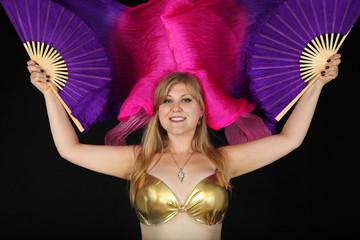 Fototapeta Piękna dziewczyna w tańcu z wachlażami obraz