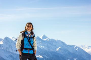 Wall Mural - ragazza con racchette da neve in montagna