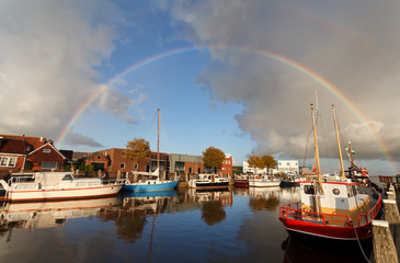Fototapete - rainbow over harbor in Zoutkamp