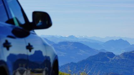 Reise mit dem Auto durch die Alpen