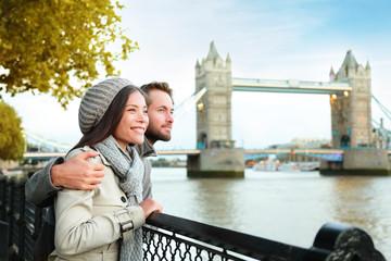 Photo sur Plexiglas Londres Happy couple by Tower Bridge, River Thames, London