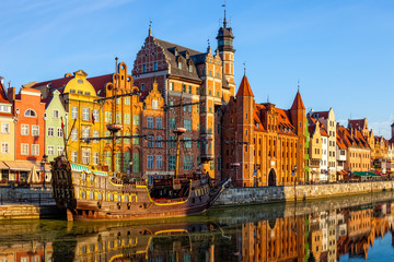 Obraz Riverside z promenadą w Gdańsku - fototapety do salonu