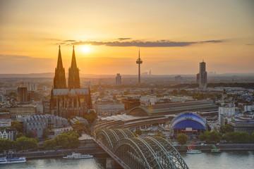 Deutschland, Nordrhein-Westfalen, Köln, Blick auf die Stadt mit Dom und Colonius bei Abenddämmerung