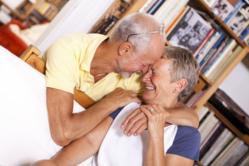 Portrait eines glücklichen Senioren-Paares, lachend