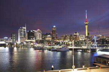 Neuseeland, Blick auf Auckland bei Abenddämmerung