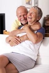 Portrait eines glücklichen Senioren-Paares zu Hause