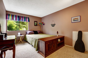 Bedroom in matter mauve color with colorful elements