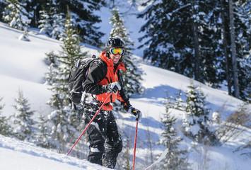 Skifahrer hat Spass im Schnee