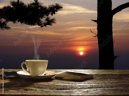 девушка на закате с чаем без смс
