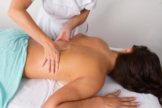 massage Soin du corps d'une femme par masseuse professionnelle