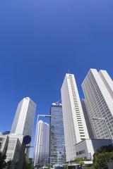 快晴青空 新宿高層ビル街を見上げる 189(タテ位置コピースペース)