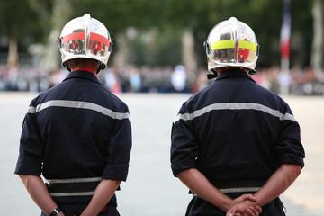 deux Pompier dans l'attente lors d'un defilé